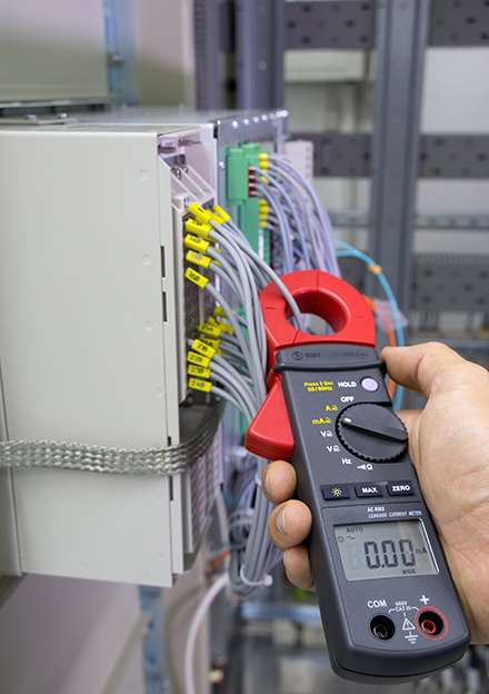 Electrical current measurement with current clamp
